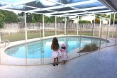 גדר בטיחות איכותית נשלפת לבריכה בגובה 1.35 מטר בצבע בז' מדגם Premium