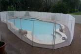 גדר בטיחות איכותית נשלפת לבריכה בגובה 1.35 מטר בצבע לבן מדגם Premium