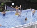 מתקן רשת כדור עף אינטקס  עם מוטות צד רשת כדור ומאחזים למסגרת המתכת של הבריכה